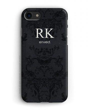 cover per iPhone con trama nera e iniziali alte