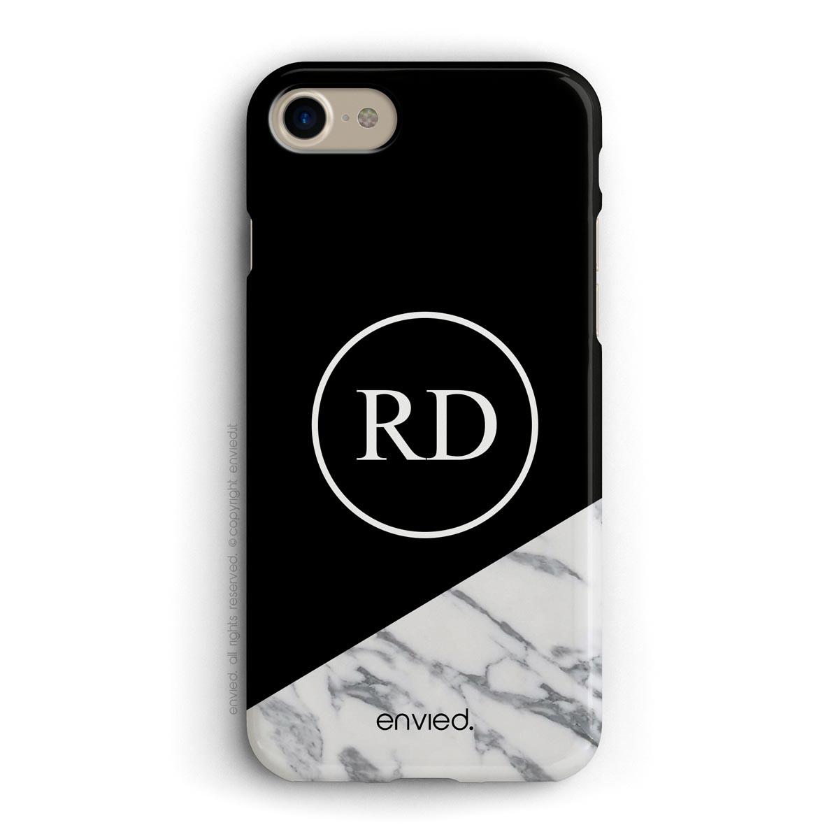 cover per iPhone nera e in marmo con iniziali in un cerchio